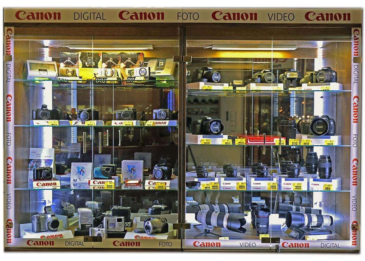 Vitriny s foto-sortimentem firmy Canon