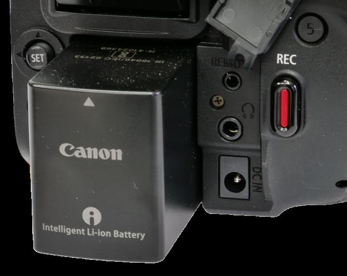Videokamera Canon Legria GX10: zdířky u AKU